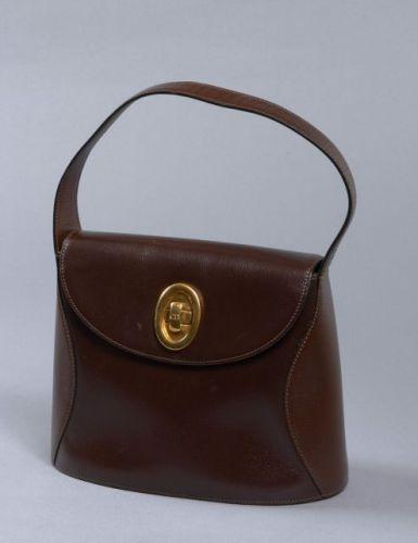 DIOR, Sac d épaule vintage en cuir brun à deux tons avec une petite anse et  un fermoir en métal doré. Intérieur en cuir marron avec une poche zippée. c84a8570dab