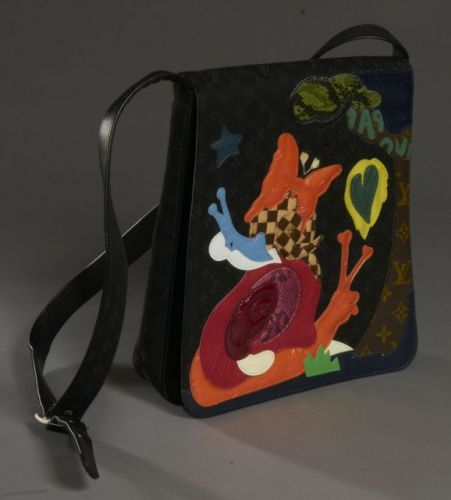 f2b2973f5162 Louis VUITTON (collector), Sac à grand rabat de la collection conte de fée  en toile siglée noire. Un grand rabat rehaussé de motifs naïfs en vinyle ...